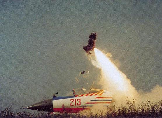 解放军新一代航空救生装备配发空军部队(图)