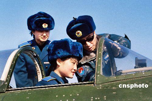 解放军空军第八批女飞行学员开始单独飞行训练