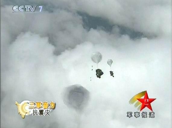 解放军空降兵侦察分队15人伞降灾区无伤亡(图)