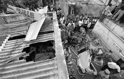印度一架双座小型飞机坠落民宅造成伤亡(图)_