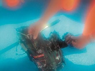 搜救单位持续搜寻失踪IDF战机两名飞行员下落,图为搜救人员从海中打捞战机前座伞箱上岸。(图片来源:台湾《联合晚报》)
