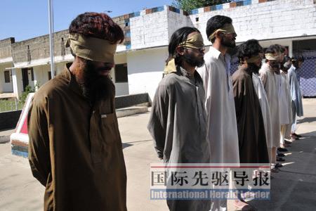 这些塔利班囚犯都很年轻,最小也就十七八岁,最大不过二十六七岁。李忠发摄