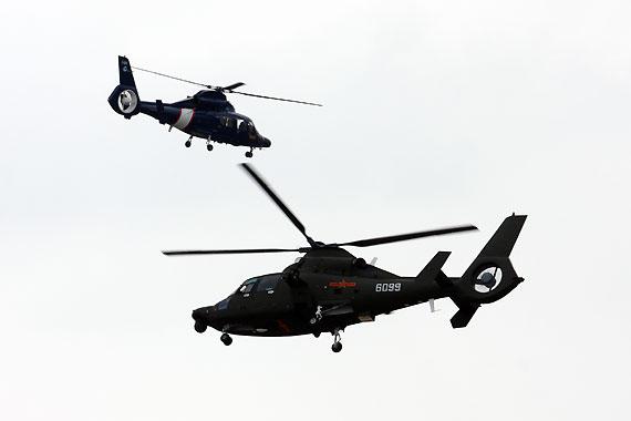 国产武直九WE武装直升机与H425直升机进行飞行表演摄影:安京新浪独家图片,未经许可不得转载。