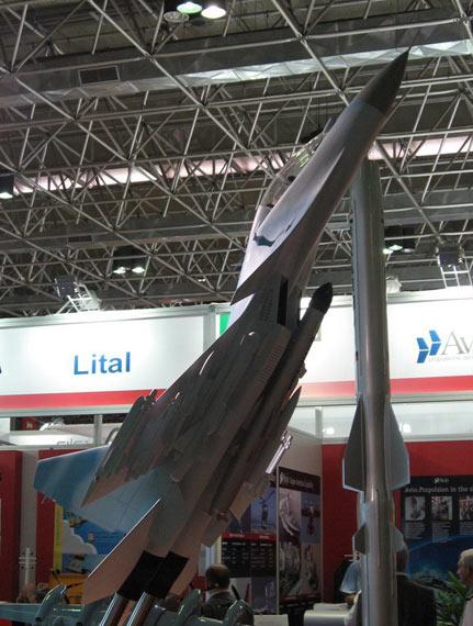 印度苏-30MKI战机模型机腹下加挂有布拉莫斯反舰导弹。其外形与宝石基本一样。