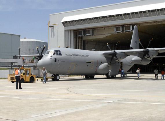美国生产的最新型C-130J-30中程战术运输机