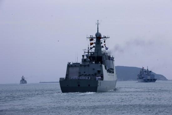 资料图:中国海军三艘参加护航任务的军舰驶离港口赴索马里