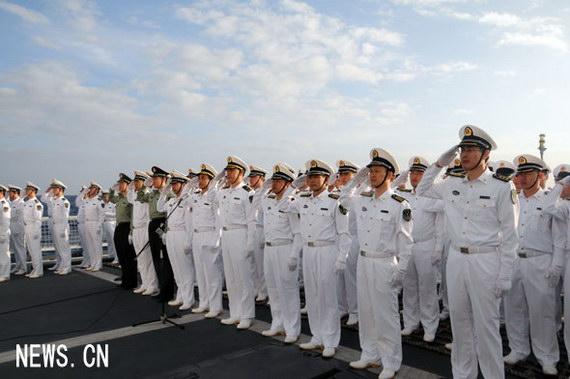 """""""武汉""""舰上的官兵列队举行""""喜迎新年、建功大洋""""升旗仪式。摄影:朱鸿亮"""