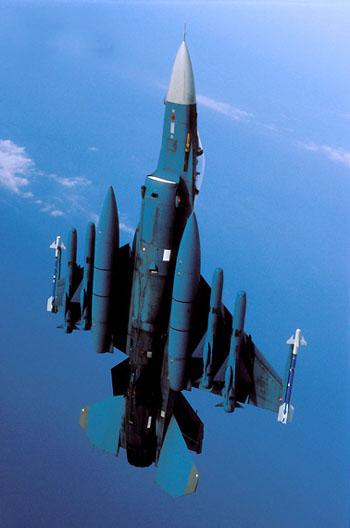 日本F-2A战机远程对海作战任务挂载。在F-2A机翼下挂有4枚ASM-2反舰导弹及两个副油箱