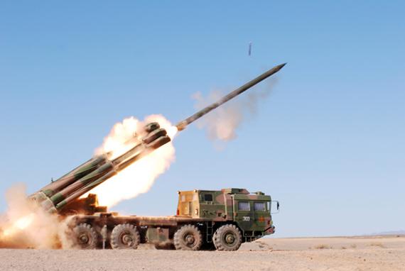 国产03式300毫米远程火箭炮进行实弹射击。[图片来源:南京军区某炮兵团]