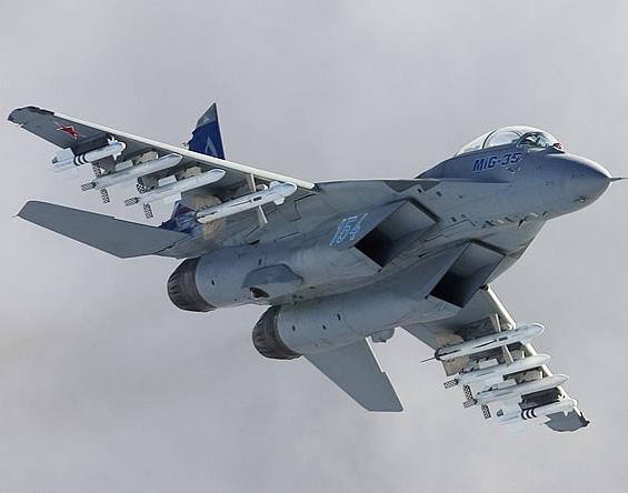 资料图:米格-35战机挂弹飞行