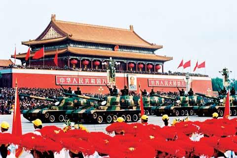 1999年国庆阅兵受阅的120自行滑膛炮方队。