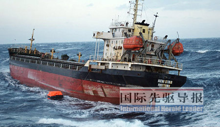 """2月15日上午,挣扎了两天的""""新星""""号船体已严重倾斜。法新社"""