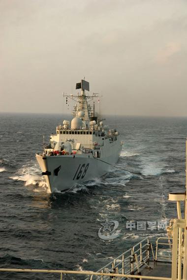 资料图:中国海军168广州号导弹驱逐舰海上航行