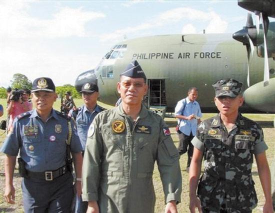 资料图:去年5月,菲律宾空军司令卡敦戈格(中)视察被菲律宾侵占的中业岛