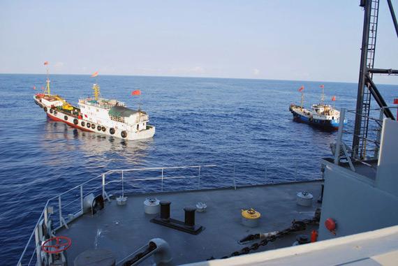 美军公开图片显示几艘中国船只近距离与美舰对峙