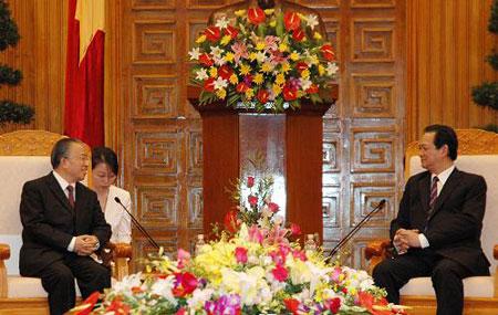 3月19日,越南总理阮晋勇(右)在河内会见到访的中国国务委员戴秉国。新华社记者韩乔摄