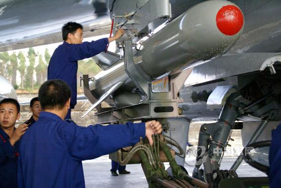 资料图:战机挂载空射型鹰击-83K反舰导弹。李雪峰摄影
