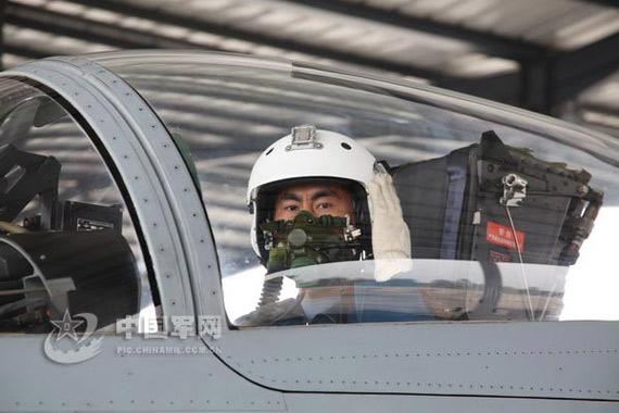 飞行员李峰驾驶歼十战机准备训练