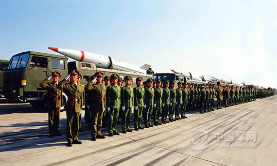 资料图:解放军二炮部队东风-15导弹阅兵方队