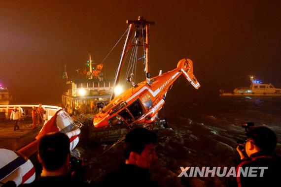 """4月12日22时55分,""""东海救111""""轮成功将""""雪龙号""""南极科考船租用失事直升机机骸打捞出水。"""