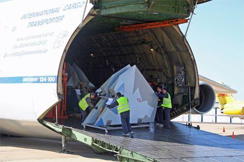 工作人员从安124运输机上将机翼搬出机舱