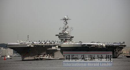 """""""华盛顿""""号自入驻日本后行踪神秘。图为去年9月25日""""华盛顿""""号驶进日本横须贺美军基地。本报记者任正来/摄"""