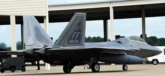 日本仍有意购买洛克西德・马丁生产的F-22战斗机来加强空军力量。资料图:美国空军F-22A隐形战机