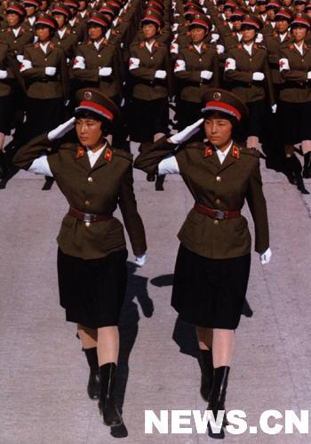 资料图:国庆阅兵女兵方队通过天安门
