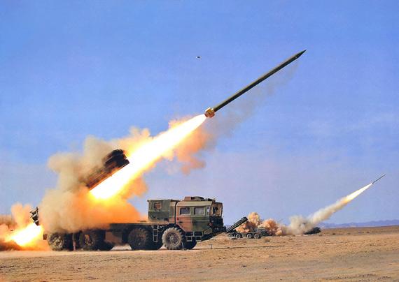 资料图:我军新型300毫米远程火箭炮开火