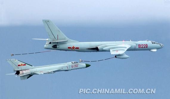 """中国歼-8D战机南海空中加油攻击""""敌""""机"""