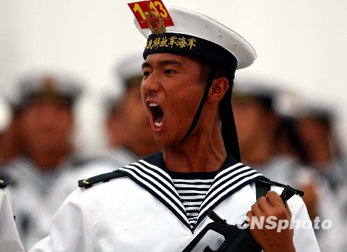 9月3日,解放军官兵在位于北京郊区的一处徒步方队阅兵村内训练。今年国庆节将举行新中国成立60周年国庆首都盛大阅兵仪式。中新社发宋吉河摄