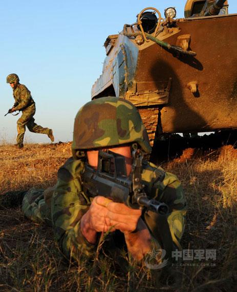前锋-2008演习现场,士兵持95式步枪实施警戒,与战友协同出击