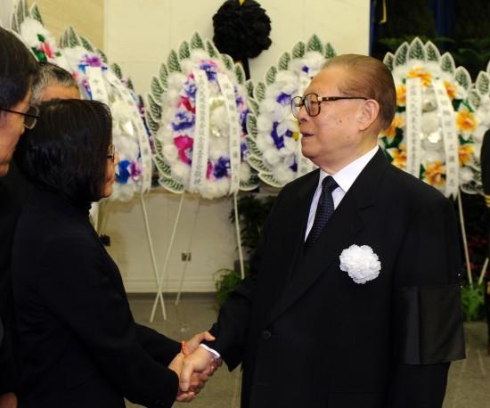 江泽民与吕正操亲属握手,表示深切慰问。