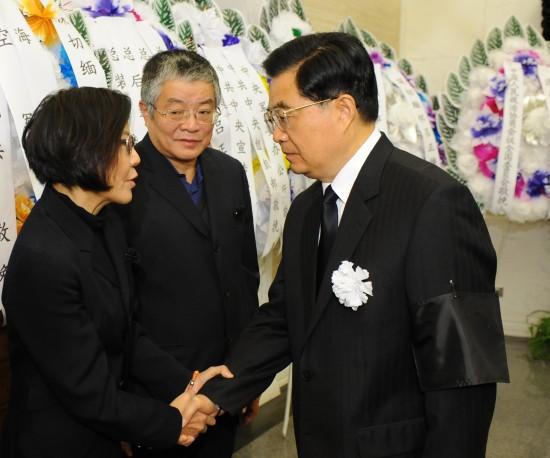 胡锦涛与吕正操亲属握手,表示深切慰问。