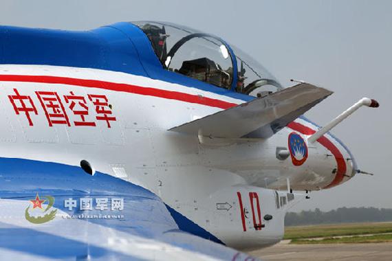 """歼-10表演机涂装主题比较突出,整体方案以""""中国空军""""为主题。"""