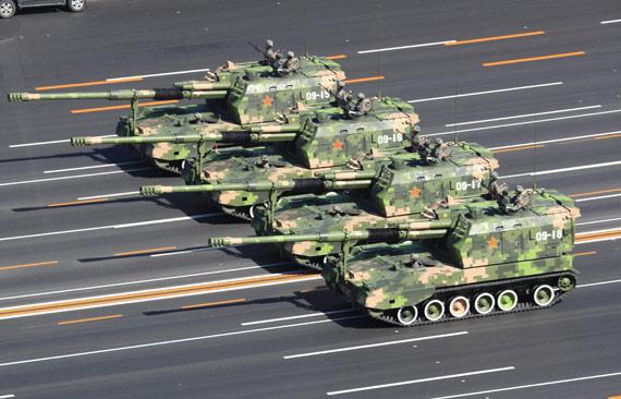 国产PLZ-05式自行榴弹炮接受检阅李刚摄
