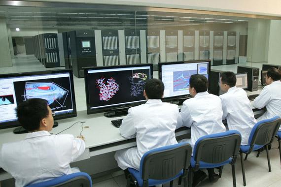 """科研人员在对""""天河一号""""超级计算机进行系统性能测试。"""