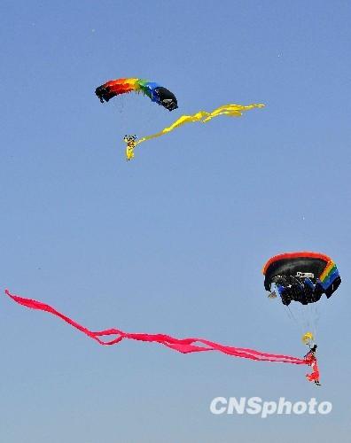 空军八一跳伞队表演的仙女下凡。中新社发潘旭临摄