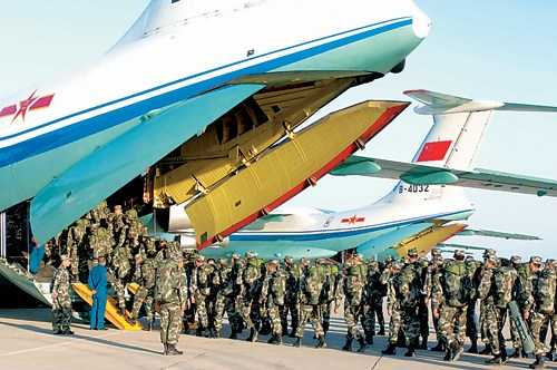 """参加""""和平使命―2007""""军演官兵登机开始跨国输送行程。本报记者李靖摄"""