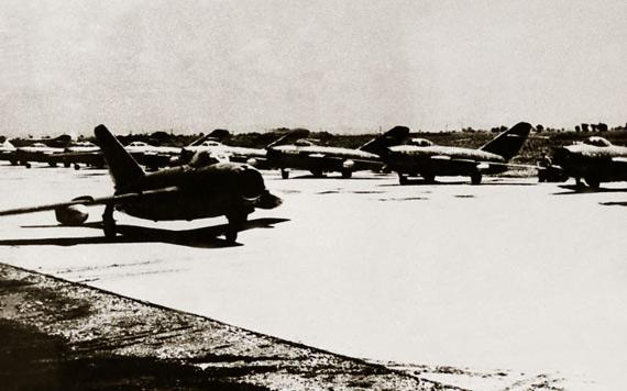 1949年11月11日空军司令部正式成立后,即抓紧时间组建空军部队,图为人民空军新组建的歼击机部队图片来源:新华网