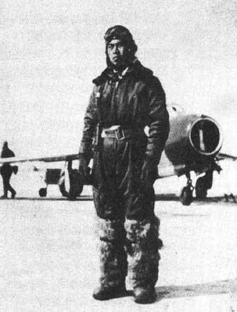 首次击落敌机的飞行员李汉图片来源:新华网