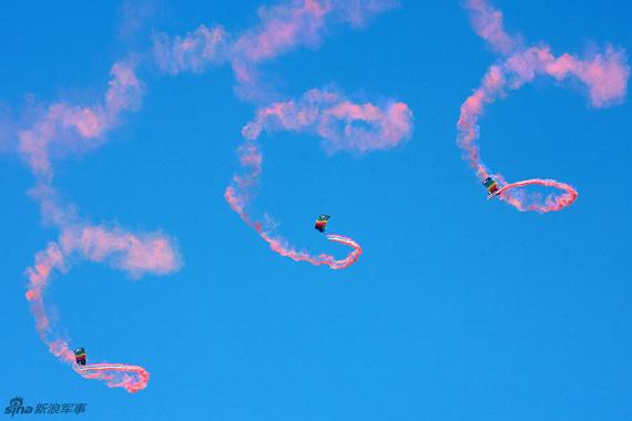 跳伞队空中拉烟训练