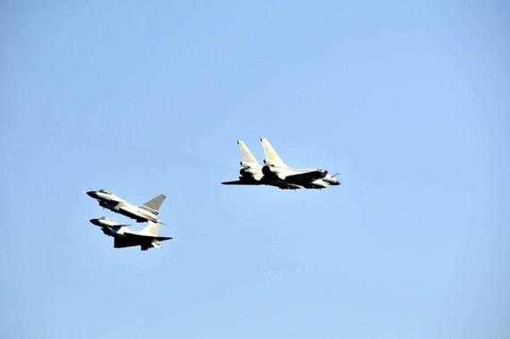歼10战机编队正在表演特技动作。新华军事记者孙彦新摄