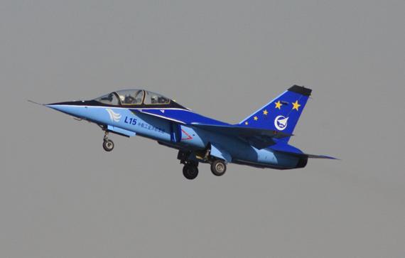 新华网迪拜11月15日电 (记者安江 孙瑞军)由中国航空工业集团公司(中航工业)送展的L-15猎鹰喷气式高级教练机在2009第十一届迪拜国际航空展开幕首日进行了精彩的飞行表演,引起业内人士的广泛关注和与会观众的满堂喝彩。   作为新一代双发动机超音速高级教练机,L-15猎鹰在15日的表演中,充分展示了它的垂直机动、水平机动、大迎角飞行和小速度飞行等优良特性。   据悉,这是L-15猎鹰继2008年中国珠海航展后再次以飞行表演的形式亮相,也是首次在国外作飞行表演,并成为中航工业唯一一款以实
