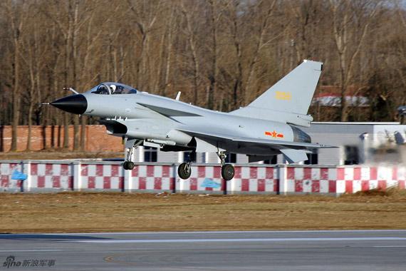 资料图:国产歼10战机进行超低空通场表演