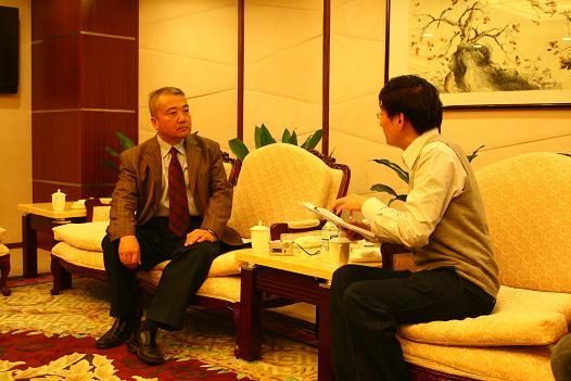 空军装备部部长魏钢少将接受香港《文汇报》记者专访。图片来源:中国新闻网