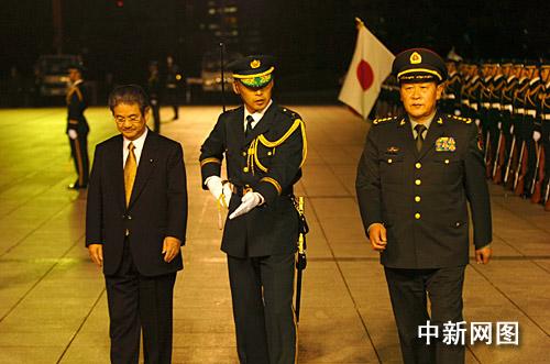 梁光烈在北泽俊美的陪同下检阅日本自卫队仪仗队。朱沿华摄