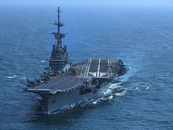 """巴西海军服役期已达52年的圣保罗""""号常规动力航母"""