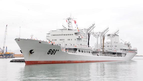 """12月3日,中国海军""""洪泽湖""""号远洋综合补给舰抵达秘鲁最大的港口卡亚俄。"""