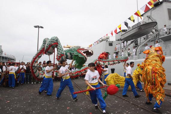 当地华人华侨表演舞龙舞狮迎接中国海军舰艇编队的来访